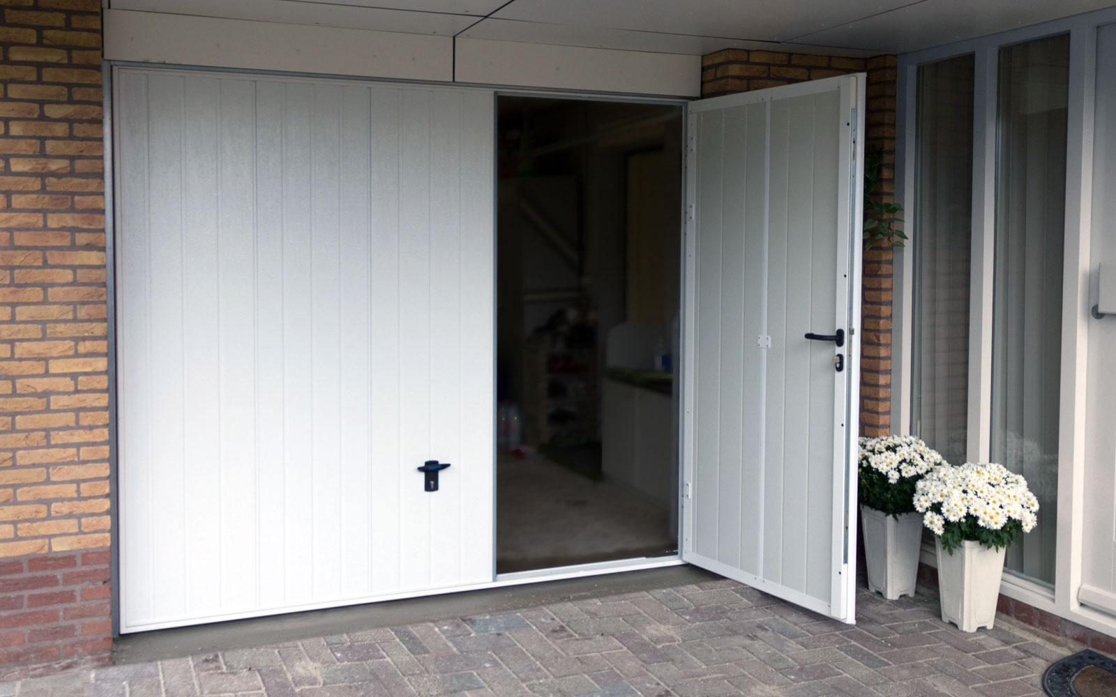 Garagedeur met loopdeur op maat gemaakt van stevige for Ladenblok 1 meter breed